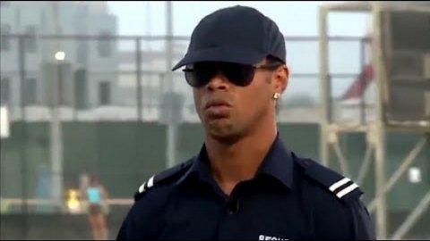 Ronaldinho sorprendió a unos jóvenes vestido de Policía