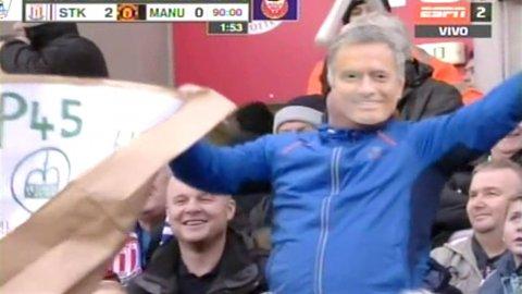 Un hincha se mostró con la careta de José Mourinho en el partido del Manchester United