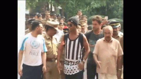 En India, un semáforo cayó a centímetros del auto de Ronaldinho