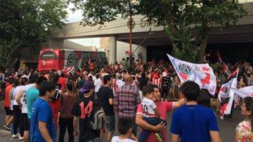 La llegada de River a Mendoza para disputar el Superclásico