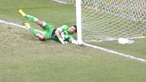 Puebla 1-0 Racing: Saja falló en el gol de Alustiza y terminó golpeándose la cabeza con el palo