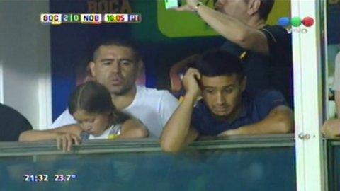 Juan Román Riquelme mirando Boca-Newells desde su palco