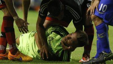 El rodillazo de Carlos Tevez al arquero de Newells Ezequiel Unsain