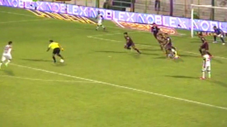 El árbitro Pablo Díaz corta el ataque de San Martín ante Lanús