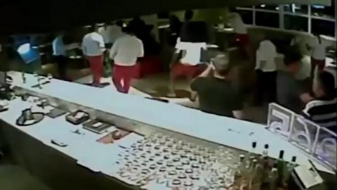 La golpiza de jugadores de Liga de Quito a un hincha de Gremio