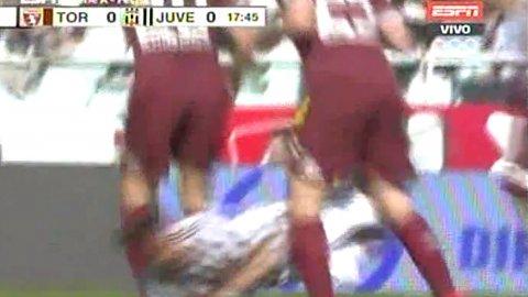 Fuerte infracción a Paulo Dybala de dos defensores del Torino