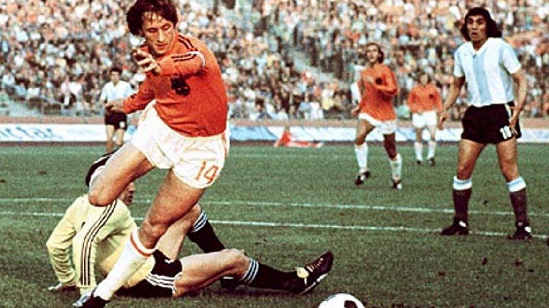 El día que Johan Cruyff bailó a Argentina con su fútbol total ...