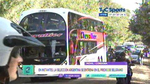 Las imágenes de la Selección en Belgrano, rodeada de hinchas