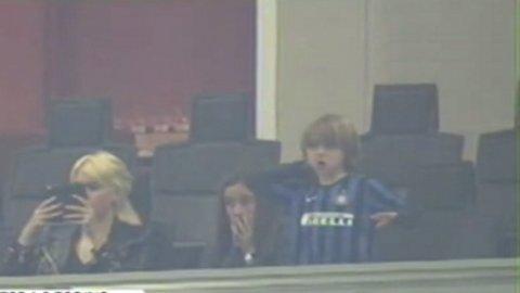 El hijo de Maxi López, en el palco, con la camiseta del Inter y festejando el gol de Mauro Icardi