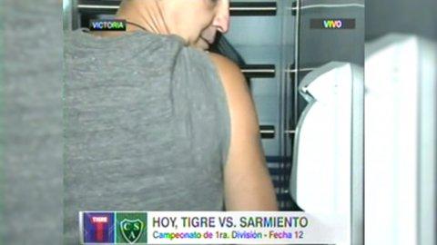 Ezequiel Rocino, dirigente de Tigre, demuestra como es el novedoso ingreso alJosé Dellagiovanna