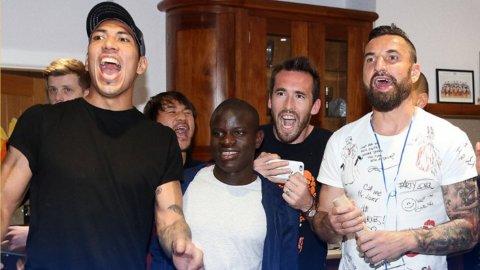 Los jugadores de Leicester explotaron cuando se enteraron que eran campeones de la Premier League