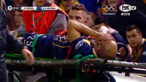 La patada que sacó a Javier Pinola al minuto de partido ante Atlético Nacional