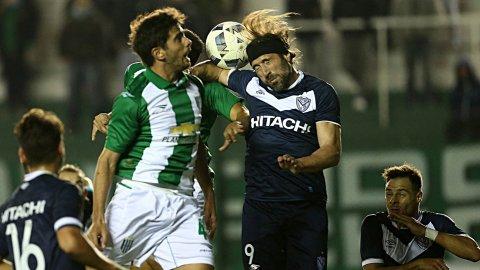 El increíble gol errado de Mariano Pavone en Banfield-Vélez