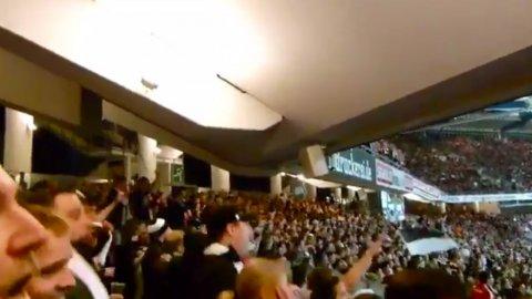 Hinchas del Eintracht Frankfurt alientan y mueven la estructura del estadio