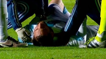 La secuencia completa del golpe y posterior sustitución de Lionel Messi en Argentina