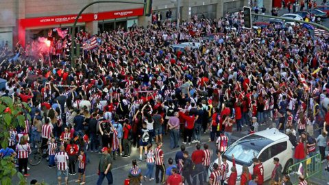 Hinchas del Atlético Madrid se manifiestan en el Vicente Calderón para que siga Diego Simeone