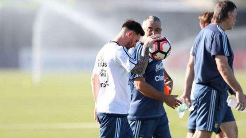 La Selección comandad por Lionel Messi parte rumbo a un nuevo entrenamiento, de cara al debut del lunes ante Chile